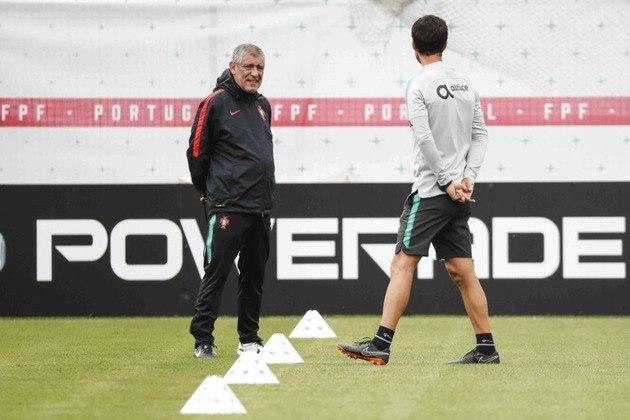 FECHADO - Treinador da Seleção de Portugal desde setembro de 2014, Fernando Santos renovou o seu contrato com a federação portuguesa e seguirá no comando dos Patrícios até o julho de 2024, podendo disputar mais um Mundial, Liga das Nações e Eurocopa.