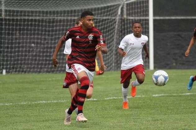 FECHADO - Uma das mais sonoras promessas das categorias de base do Flamengo, Euder, de 16 anos, assinou o seu primeiro contrato profissional com o clube. O vínculo do jovem meia passa a ser de três anos, sendo que o Rubro-Negro passa a ser dono de 60% dos direitos do jogador revelado pelo Sport. Para propostas do exterior, o Flamengo estipulou uma multa rescisória de 50 milhões de euros (cerca de R$ 329 milhões) no contrato da joia.