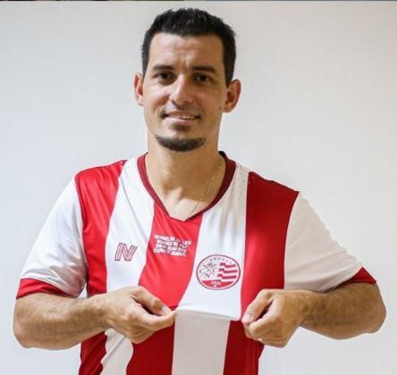FECHADO - Uma das novidades do Náutico para a temporada é o lateral-esquerdo Rafinha. Contratado após a indicação de Hélio dos Anjos, o atleta espera ajudar o Timbu ao longo da temporada 2021.