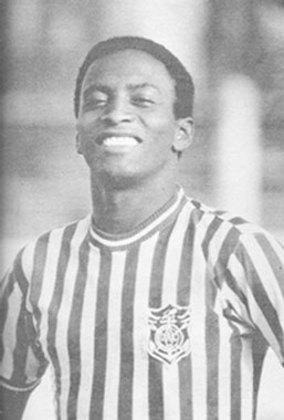 Feijão chegou a jogar com Pelé no Santos e teve sucesso, mas tudo mudou quando ele quebrou a perna e rompeu ligamentos jogando pelo Belenenses, de Portugal, enquanto negociava sua ida ao futebol espanhol. Voltou ao Brasil em 1974 e abriu a
