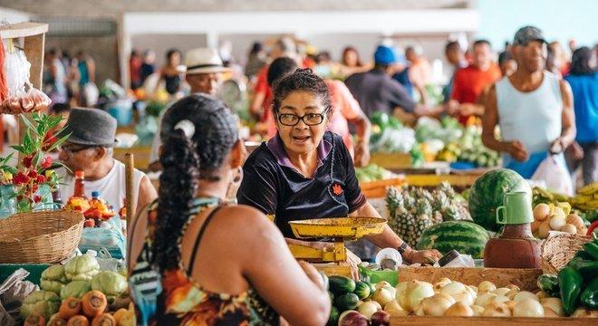 Comprar produtos naturais e cozinhar mais são chaves para emagrecimento e manutenção de peso, diz nutricionista, mas não é preciso excluir processados completamente
