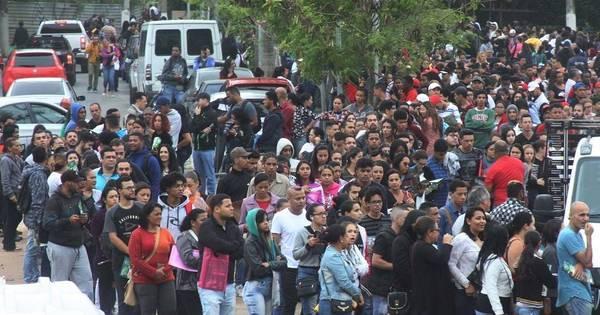Milhares de pessoas aguardam na fila por emprego em Embu das Artes - R7