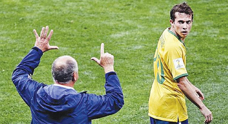Felipão escalou Bernard sem fazer um treino com ele entre titulares. 7 a 1 marcou sua carreira
