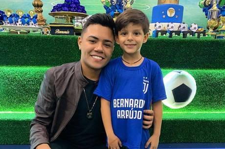 Felipe Araújo compareceu ao aniversário do sobrinho
