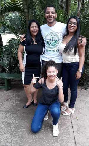 Felipe com a mãe e as irmãs: emoção