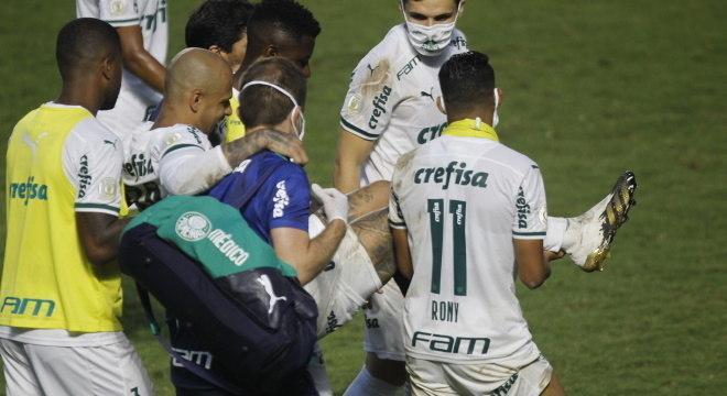 Felipe Melo precisou de ajuda para conseguir deixar o gramado de São Januário