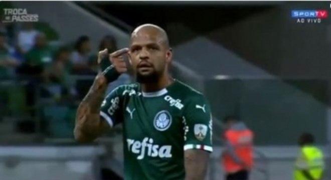Felipe Melo foi flagrado fazendo gesto de arma