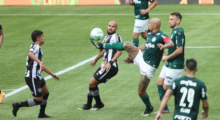 Buscando a recuperação física, Felipe Melo foi titular e capitão do Palmeiras