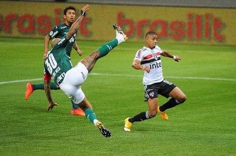 Felipe Melo tenta tirar bola de Brenner