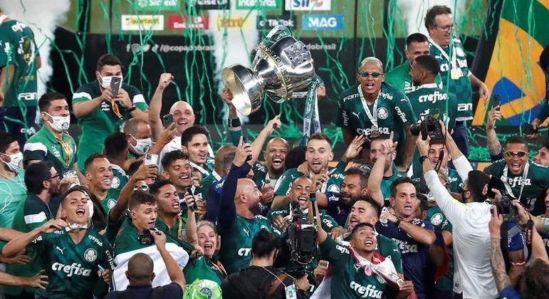 Capitão Felipe Melo ergueu a taça de campeão da  Copa do Brasil