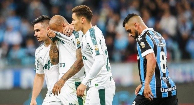 Felipe Melo é consolado pelos seus companheiros e sai chorando após expulsão