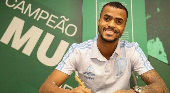 O atacante Felipe Pires assina contrato com o Palmeiras