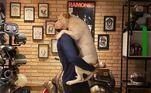 Em 2019, o apresentador precisou levar 15 pontos na perna após ser mordito por um dos animais. À época, de acordo com o ator, o cachorro tentou impedi-lo de pular em piscina.
