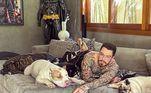 Em uma das publicações, Titto aparece com os bichos no sofá de casa e brinca com o momento de preguiça.