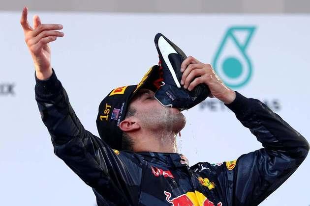 Feliz com a vitória no GP da Malásia de 2016, o australiano comemorou com um agradável shoey