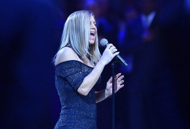 FergieA cantora, que fazia parte do grupo The Black Eyed Peas, foi duramente criticada por sua versão do hino nacional dos EUA, apresentado durante o Jogo das Estrelas da NBA, em 2018. A performance de Fergie não agradou ao público, que apontou desafinação e exageros vocais por parte da cantora. Outro ponto criticado foi que Fergie parecia querer dar um toque