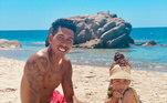 Roberto Firmino curte a praia com a mulher e suas duas filhas