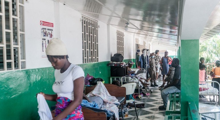 Hospitais do Haiti estão lotados de pessoas feridas no forte terremoto de sábado (14)