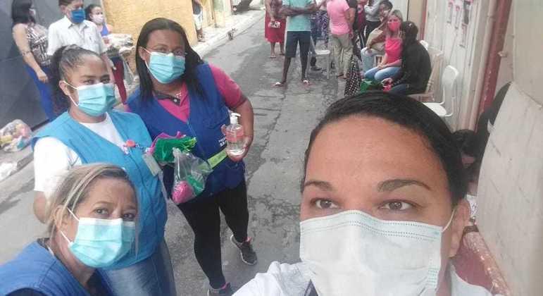 """Fernanda com agentes de saúde: """"aumentaram muito os casos e todo mundo ficou meio triste'"""