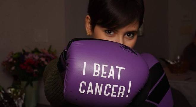 """Fernanda posa para a foto com a mensagem """"eu venci o câncer"""""""