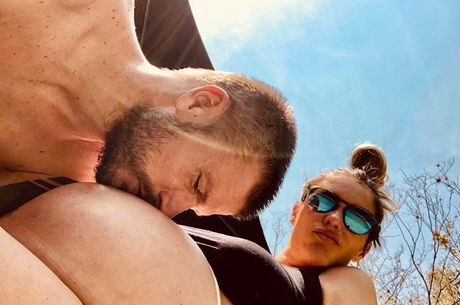 Rodrigo Hilbert beija a barriga de Fernanda