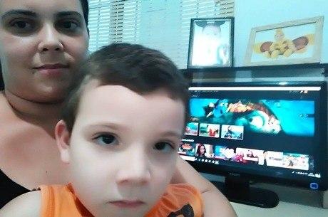 Fernanda e filho com Netflix personalizada