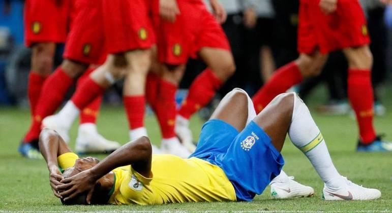 Fernandinho no chão. Arrasado com a derrota para a Bélgica. Chance de redenção