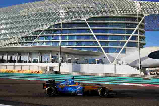 Fernando Alonso com o R25 em Abu Dhabi.