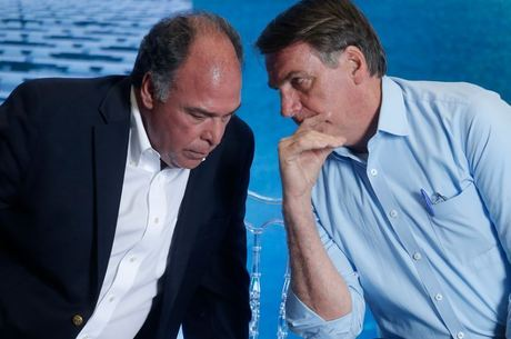 Alvo de buscas, líder de Bolsonaro deixa cargo à disposição