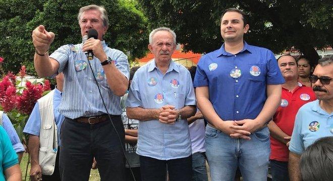 Ex-presidente Fernando Collor faz campanha ao lado do filho; um quer ser governador e o outro, deputado federal