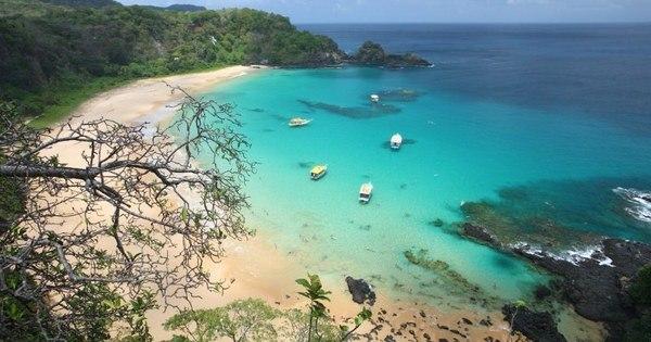 Bolsonaro critica cobrança de ingressos para praia em Noronha