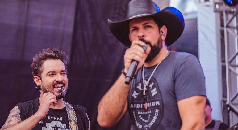 A dupla Fernando & Sorocaba em ação no Toro Negro BBQ Music