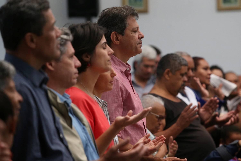 Resultado de imagem para Padre ataca Bolsonaro e pede votos para Haddad