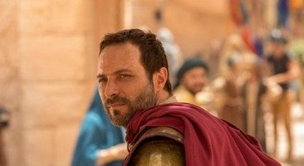 Petronius pede para um soldado seguir Madalena
