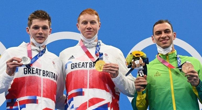 Tom Dean (prata), Duncan Scott (ouro) e Fernando Scheffer (bronze) no pódio dos 200m livre