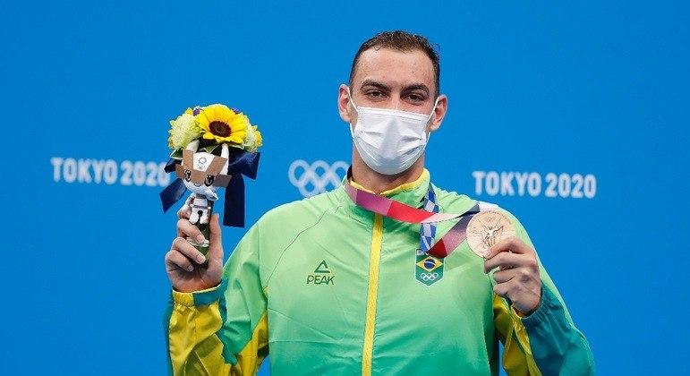 Fernando Scheffer mostra a medalha de bronze nos 200m livre