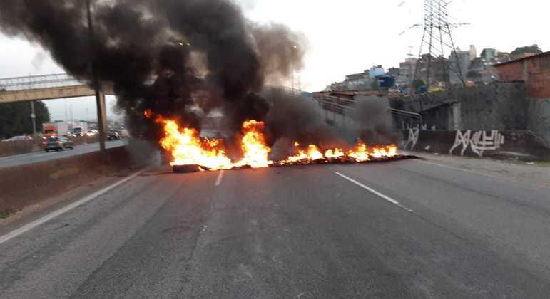 Manifestantes ateiam fogo em pneus e interditam pista da Fernão Dias