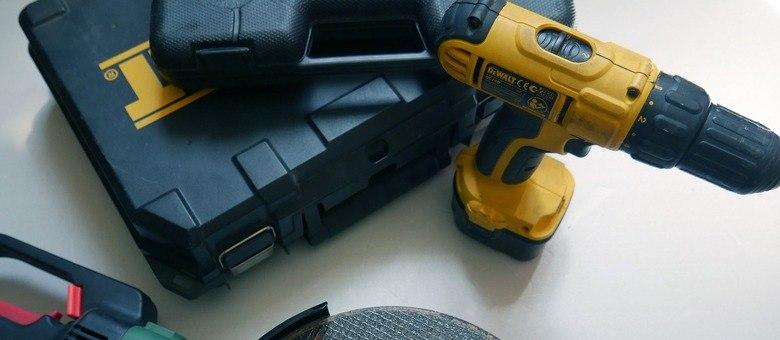 Chaves de fenda, alicate, fitas, martelo, furadeira entre outras ferramentas são essenciais para reparos básicos