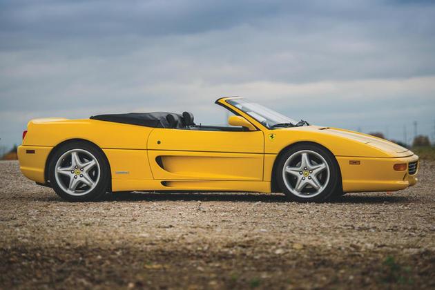 A Ferrari 355 GTS, foi a primeira Ferrari da coleção do ex-piloto de F-1, Jenson Button. O atleta adquiriu essa belezinha aos seus 19 anos de idade, assim que começou a competir. A coleção de Button fica na quarta colocação dessa lista