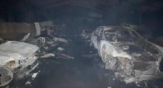 A mídia local acredita que um dos veículos destruídos valia cerca de R$ 20 milhões