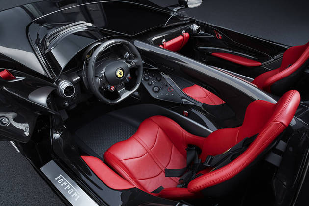 O design do interior, nas cores tradicionais da Ferrari, foi feito focando especificamente no assento do motorista