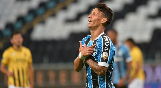 Ferreirinha comemora gol do Grêmio sobre o Guaraní-PAR