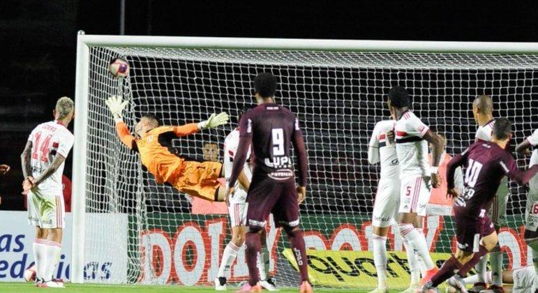 O gol espetacular de Renato Cajá, na cobrança de falta. No ângulo, sem defesa para Volpi