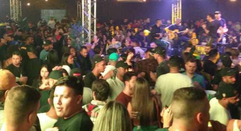 Jovens se aglomeram em festa em São Caetano do Sul
