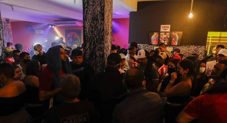A Polícia Civil de São Paulo interrompeu uma festa clandestina com cerca de 130 pessoas, na madrugada deste domingo (4), na região do Grajaú, na zona sul de São Paulo.