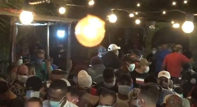 Festa clandestina ocorreu na noite deste domingo (25)