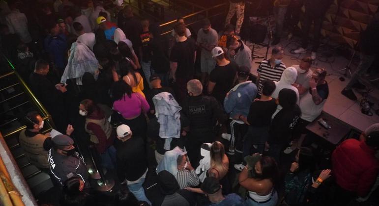 No bairro do Limão, pelo menos 169 se aglomeram em outra festa