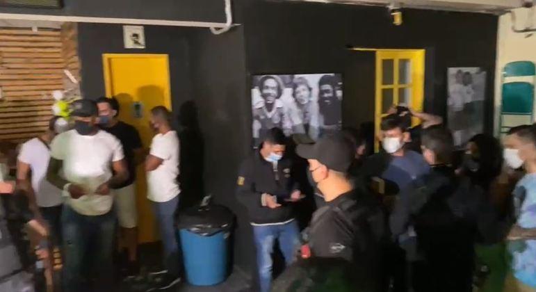 Cerca de 30 pessoas são flagradas sem máscaras e aglomeradas