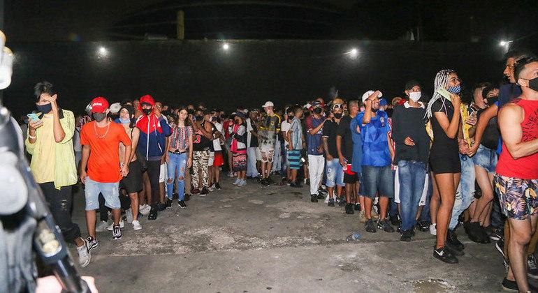 Polícia flagra festa clandestina com 400 pessoas na zona sul de SP e dispersa jovens