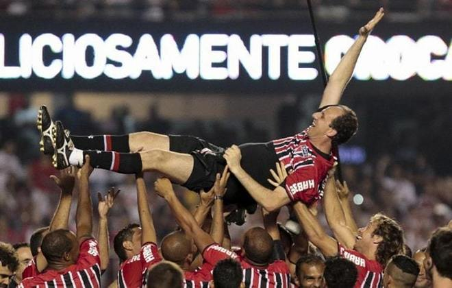Festa de despedida - No dia 11 de dezembro de 2015, Rogério fez sua despedida oficial dos gramados. Em jogo festivo no Estádio do Morumbi, foram reunidos alguns jogadores que foram campeões mundiais pelo São Paulo, distribuídos em duas equipes: os campeões de 1992 e 1993 contra os campeões de 2005. O goleiro atuou pela equipe de 2005, convertendo um pênalti no final da partida.